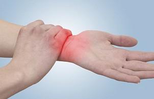 Почему болят суставы зимой