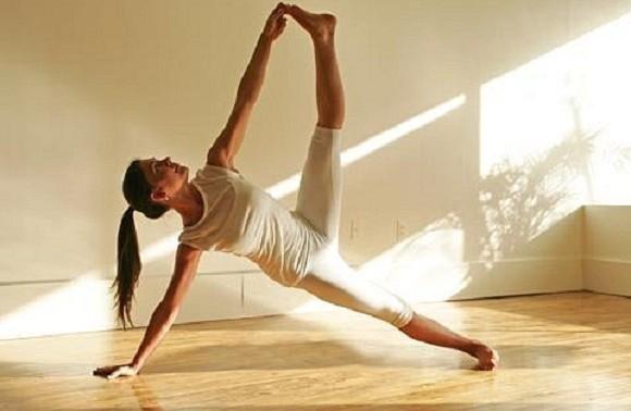 Как йога помогает справиться с болями в позвоночнике