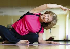 Специалисты советуют людям, страдающим от артрита, заниматься йогой