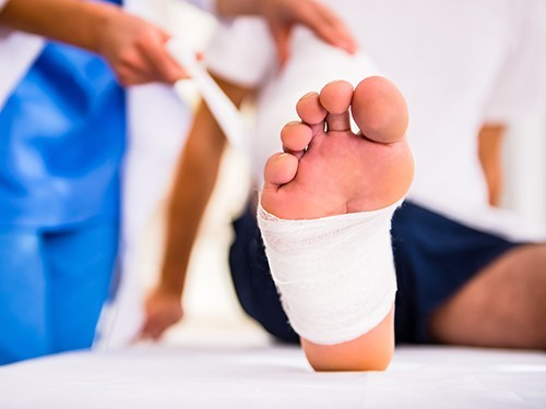 Солевой раствор для обработки ран при открытых переломах не менее эффективен, чем мыльная вода
