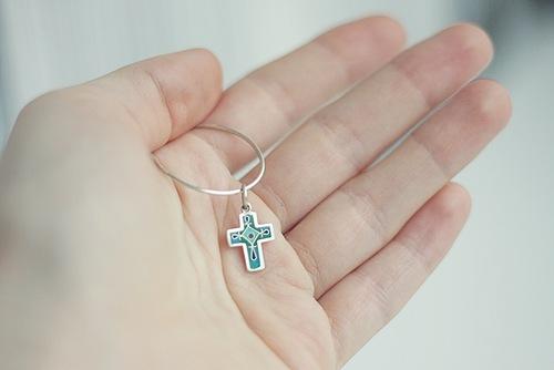 Почему чернеет у маленького ребенка православный крестик.