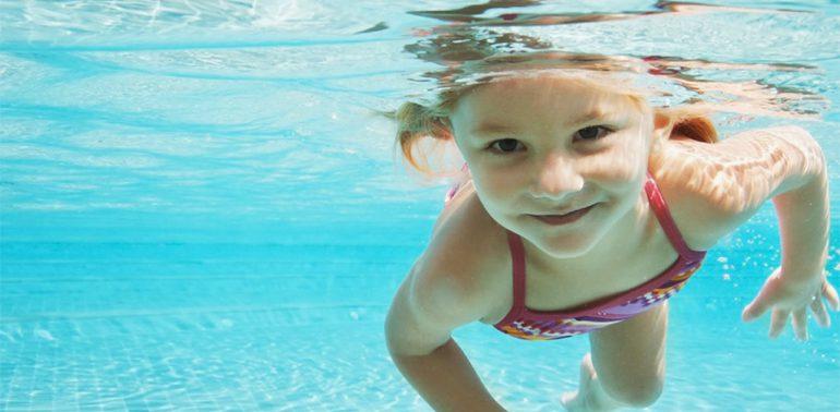 Как помочь ребенку освоиться на воде?