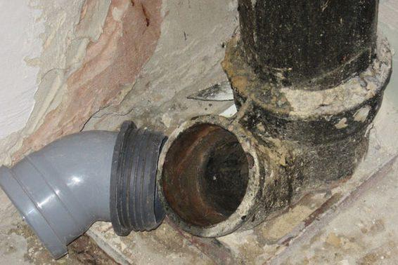Устраняем засоры и течь труб канализации