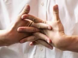 Врачи рассказали, что хруст пальцев на самом деле полезен