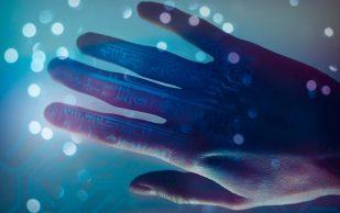 Бионическая рука вернула парализованному чувство осязания