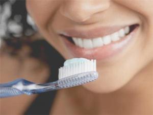 Втирание пасты так же эффективно, как и чистка зубов