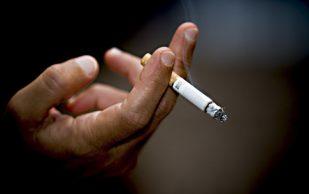 Курение провоцирует боль в спине
