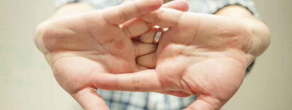 Не всегда вредно: медики развеяли популярные мифы о хрустении пальцами