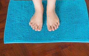 Высокотехнологичный коврик позволит обнаружить язву ног