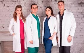 Изящество и функциональность современной униформы для медперсонала