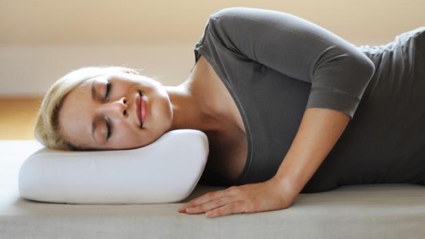 Ортопедическая подушка предотвращает возникновение проблем с позвоночником