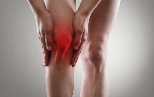 Жидкость в коленном суставе: причины и симптомы, лечение и осложнения