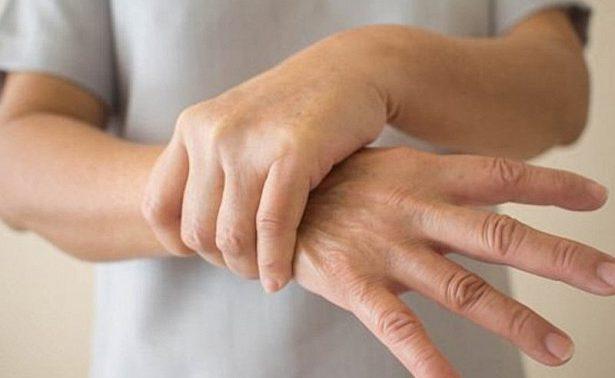 Особый браслет избавит мужчин от тяжелого тремора рук