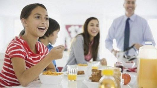 Пропуск завтрака уменьшает мозг и портит кости подростков