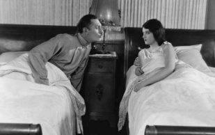 Какой высоты должна быть кровать: мнение ученых