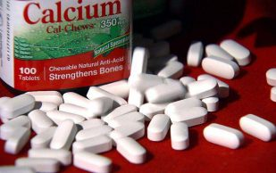 Добавки с кальцием и витамином D не защищают от переломов