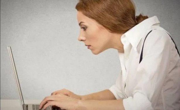 Названы самые опасные позы людей перед компьютером