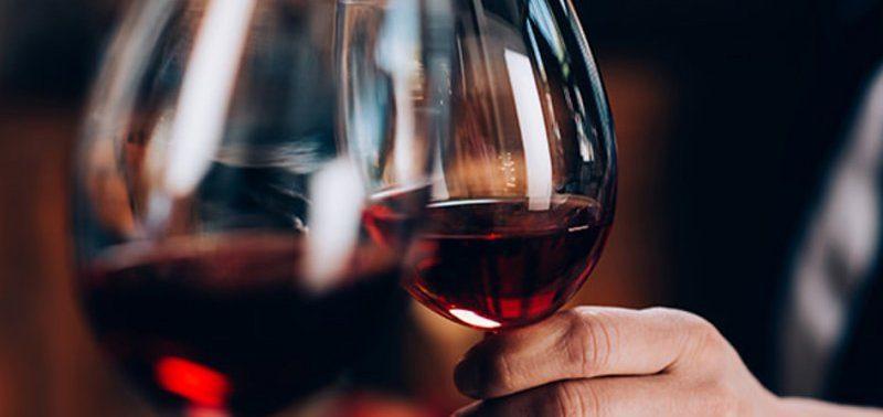 Красное вино избавит от болей в колене