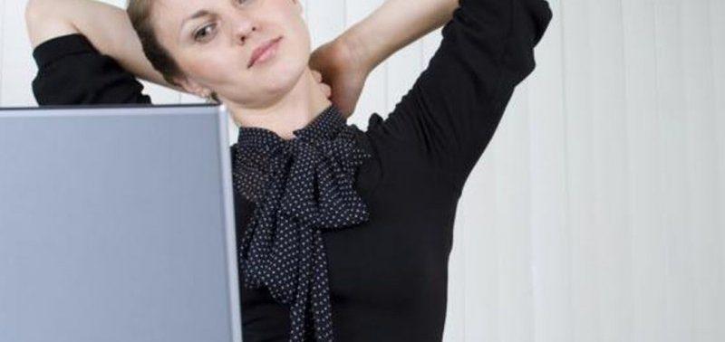 При сидячей работе необходимы упражнения на растяжку