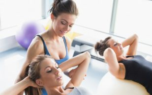 При болях в позвоночнике физические упражнения должны быть умеренной силы