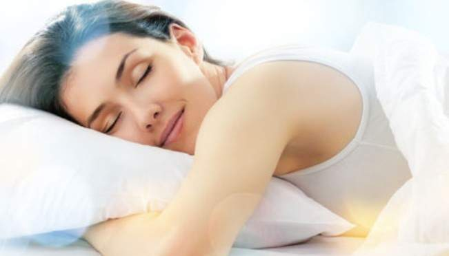 Медики подсказали, какая поза для сна может спровоцировать боли в спине