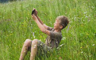 Зависимость детей от смартфонов грозит переломами после 40