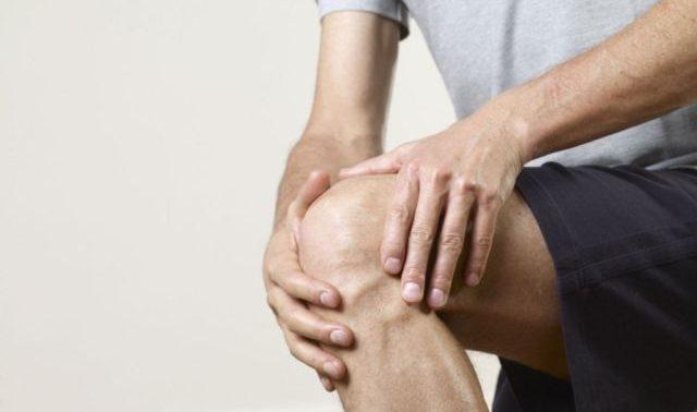 Простое упражнение вылечит колени, избавит от боли в них