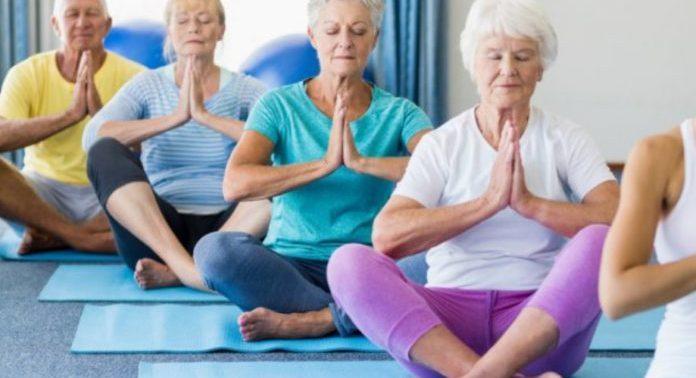 Ученые подтвердили пользу йоги для пожилых людей