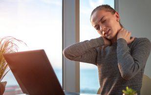 8 привычек, которые разрушают наш позвоночник — в буквальном смысле