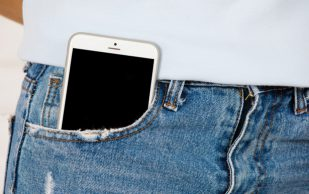 Почему опасно носить телефон в кармане