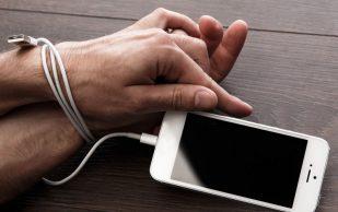 Названы проблемы со здоровьем, которые грозят любителям смартфонов