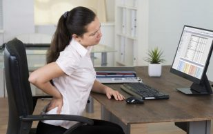Врач-невролог рассказал, как сохранить спину здоровой при сидячей профессии