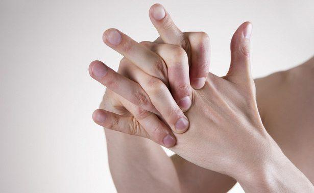 Опасно ли хрустеть костяшками пальцев