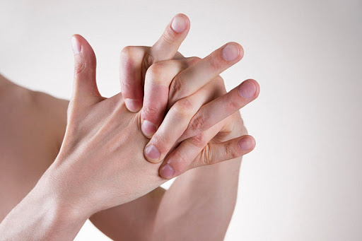 Связаны ли между собой артрит и хруст пальцами?
