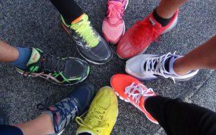К каким проблемам со здоровьем может привести постоянное ношение кроссовок, выяснили эксперты