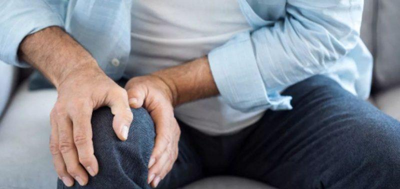 Врачи назвали опасные причины отека и боли в колене