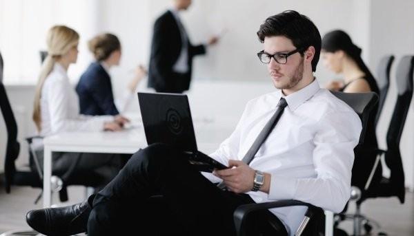 Как сидеть за ноутбуком, чтобы не болела спина