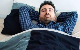 Врач назвал лучшие позы для сна при болях в пояснице