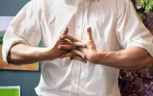 Суставы хрустят: причины и чем лечить