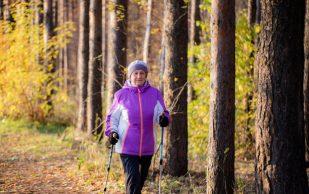 Остеопат посоветовал скандинавскую ходьбу против болей в спине