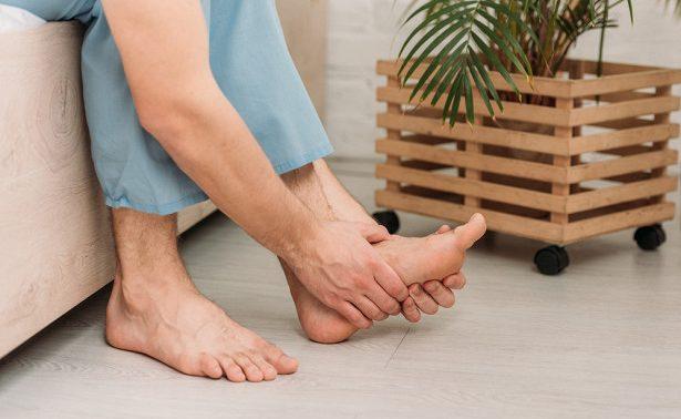 Врачи объяснили, что боль в ногах — это симптом опасной болезни
