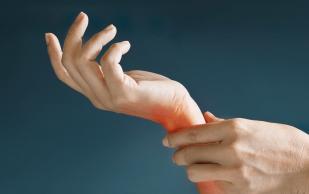 Почему болят кисти рук и что с этим делать