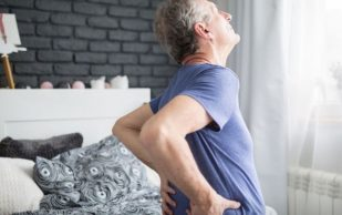Мясников: боль в спине ночью может быть признаком опасного для жизни нарушения